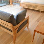 自然素材の家の雰囲気に合わせた家具選び