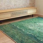草木染めのギャッベと天然木オーク材のテレビボード